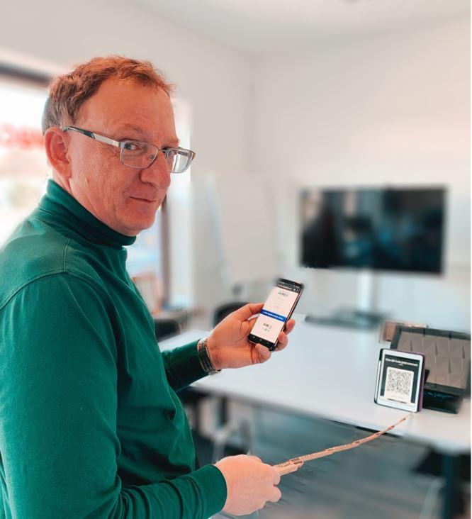 Mit QRPay24 kann man aus 1m Entfernung mit Smartphone bezahlen